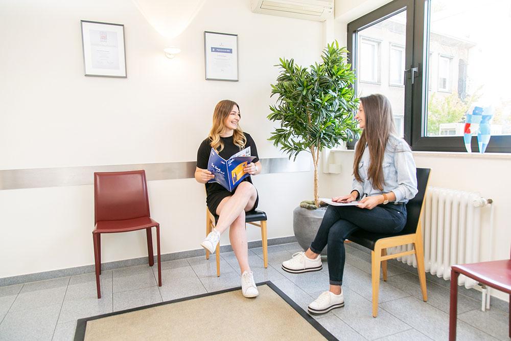 Zahnarzt Köln Innenstadt - zwei Patientinnen im Wartezimmer